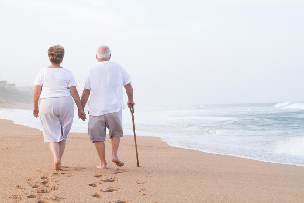 4 beneficios de andar para personas mayores