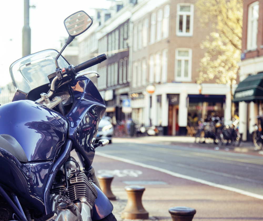 Los vehículos eléctricos están aumentando su popularidad día tras día. Además de reducir la contaminación medioambiental, son más eficientes y silenciosos y disfrutan de bonificaciones, por lo que su precio se reduce considerablemente. Pero una de las cuestiones que aún preocupan a quienes conducen es la autonomía. ¿Sabes cuánto dura la batería de las motos eléctricas? ¡Aquí encontrarás las respuestas! Cuándo optar por las motos eléctricas A la hora de decantarse entre las motocicletas de combustión y las motos eléctricas, hay que tener en cuenta el tipo de trayecto que se va a realizar y la distancia. Si viajamos por carretera y además durante muchos kilómetros, los motores tradicionales siguen ofreciendo un mejor rendimiento. Sin embargo, si la finalidad de una moto es circular por ciudad y en trayectos que no son excesivamente largos, las eléctricas son más eficientes. Con estas diferencias claras, podemos hablar ahora de la autonomía que presentan estas motocicletas y las baterías que incluyen. Aunque diferencia de los coches, hay otros aspectos que influyen en mayor medida sobre la autonomía, como son el peso de la persona conductora, la ruta, la climatología e incluso el modelo. Autonomía de las motos eléctricas Sin tener en cuenta los aspectos mencionados que pueden repercutir notablemente en la duración de las baterías de las motos eléctricas, el rango medio habitual es de unos 50 kilómetros aproximadamente. La distancia media recorrida al día de acuerdo con las estadísticas es de 27 kilómetros. Por lo tanto, aunque puede resultar insuficiente, cubre con creces las necesidades diarias de la mayoría de quienes conducen una moto. Los fabricantes, conscientes de las diferencias que puede haber en función del clima o de las características de la persona conductora, desarrollan sus motores ofreciendo la máxima autonomía sin que haya, por ejemplo, que reducir la velocidad normal. Si la motocicleta se utiliza para circular por ciudad y en trayectos cortos, los 50 k
